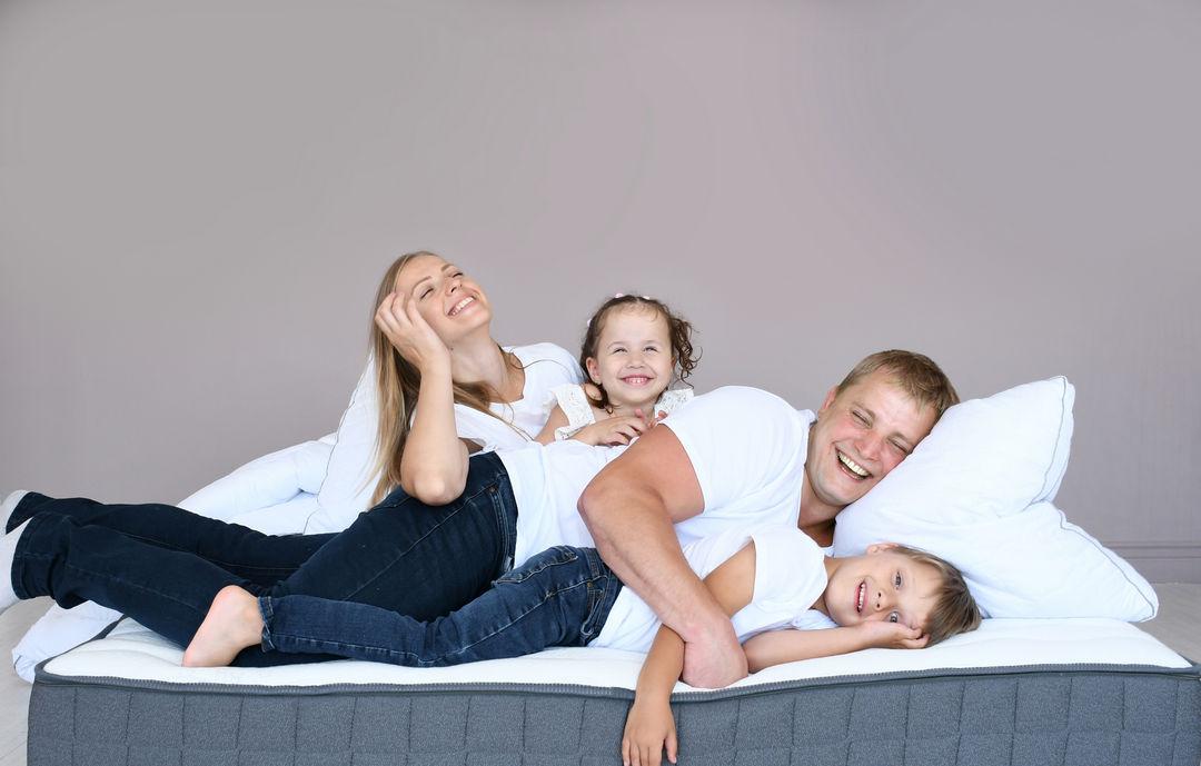Территория сна - семья на кровати
